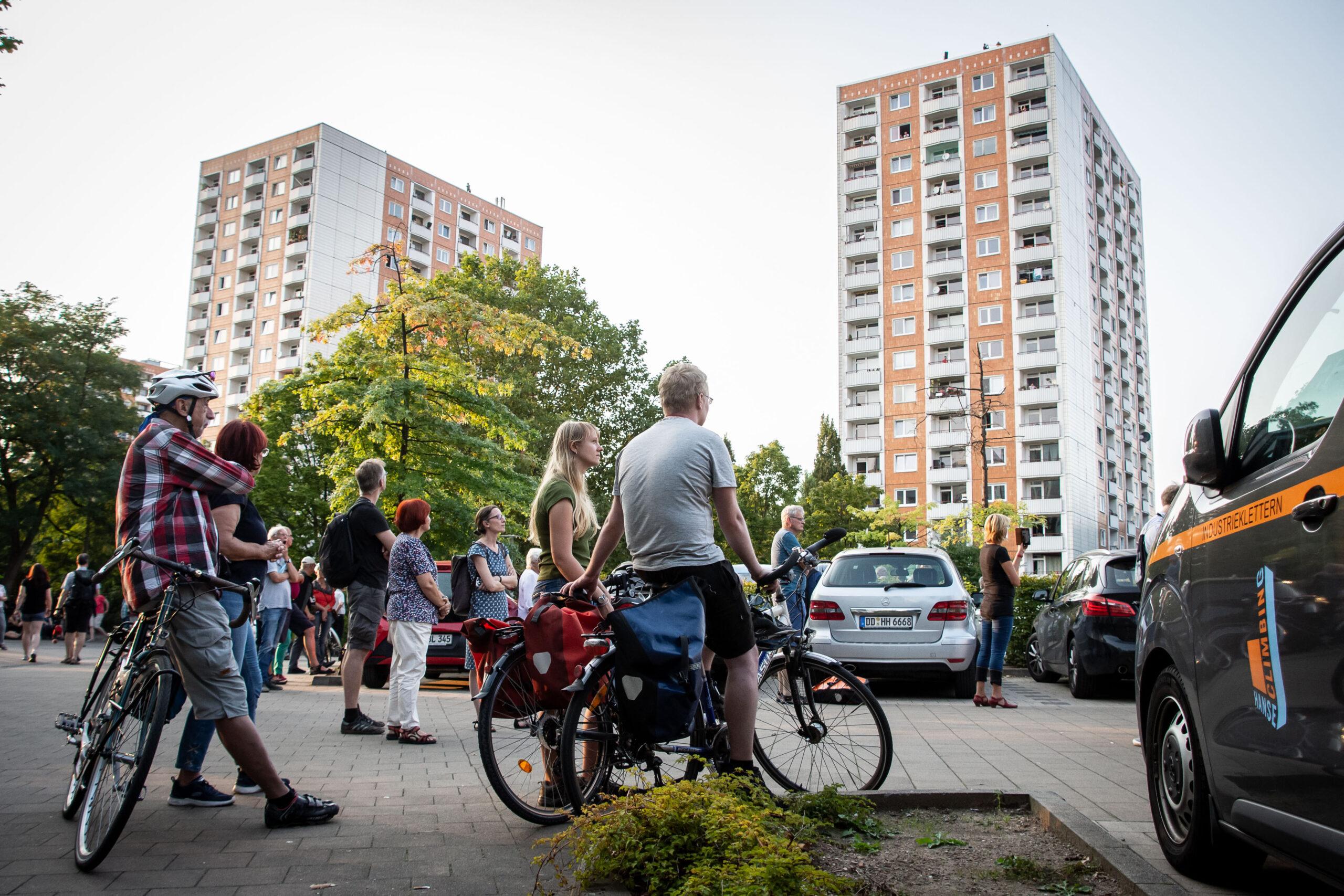 Himmel über Prohlis - Eventfotografie: Anwohner und Besucher des Stadtteils hören beim Konzert zu