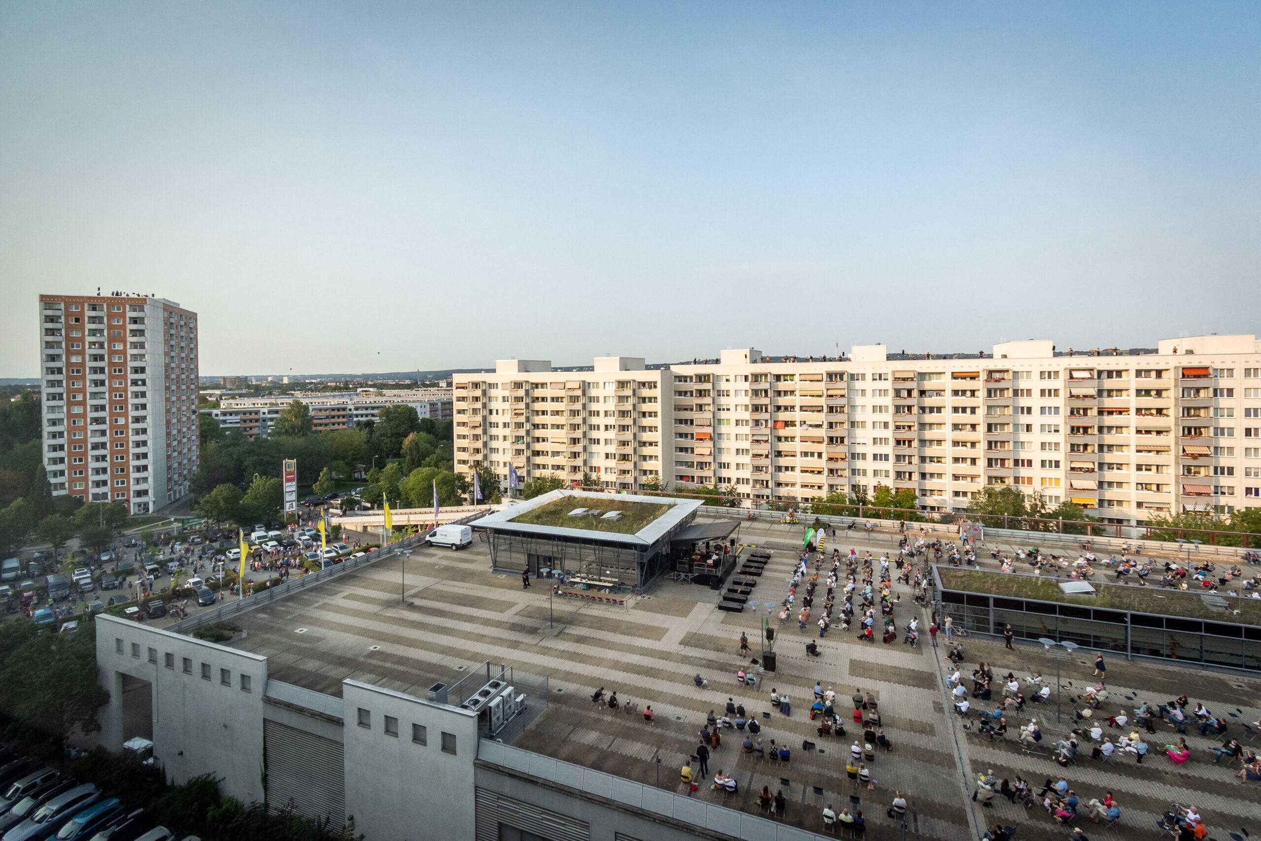 Himmel über Prohlis - Eventfotografie: Parkdeck des Prohliszentrums und umliegende Häuser