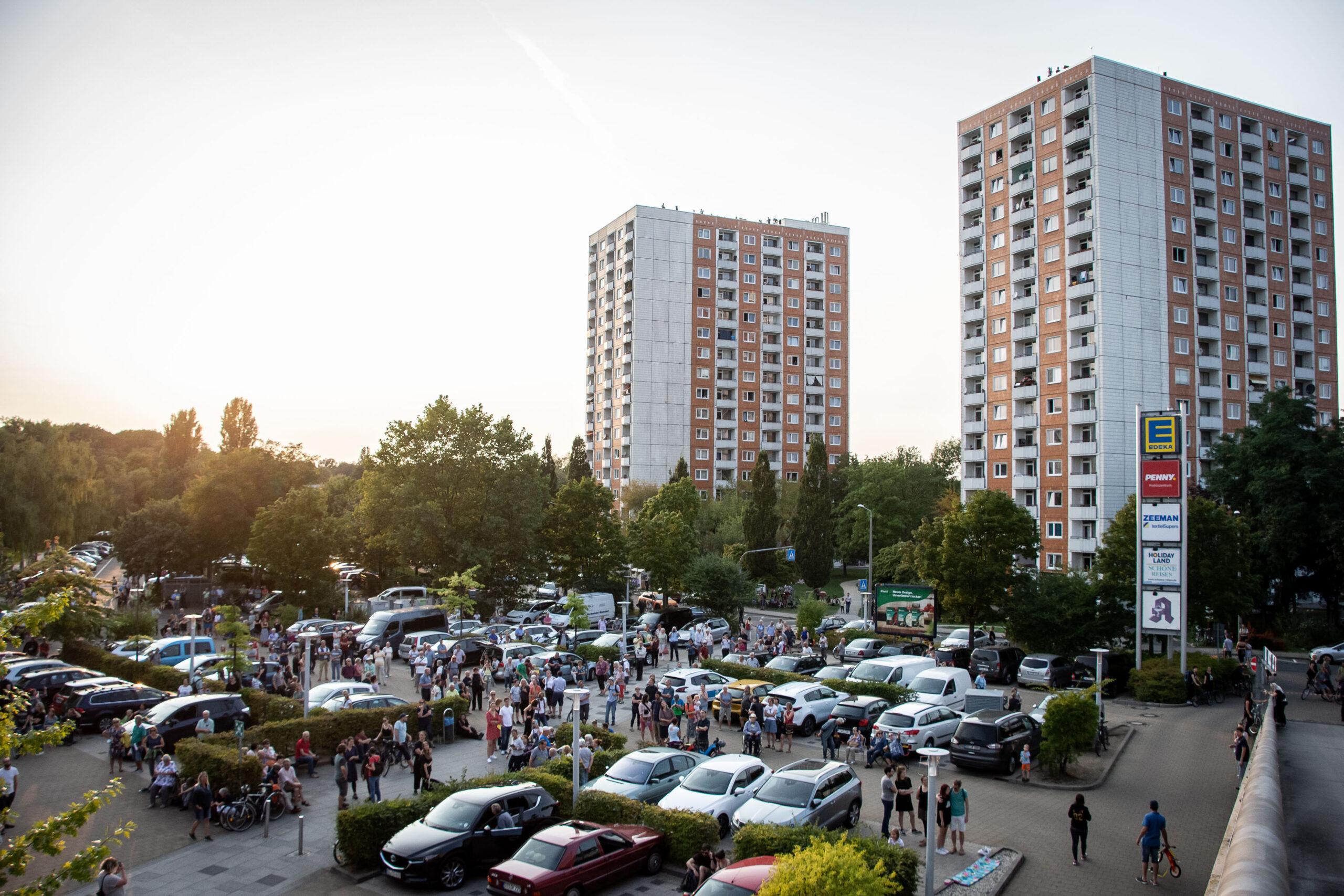 Himmel über Prohlis - Eventfotografie: Anwohner lauschen auf einen Parkplatz