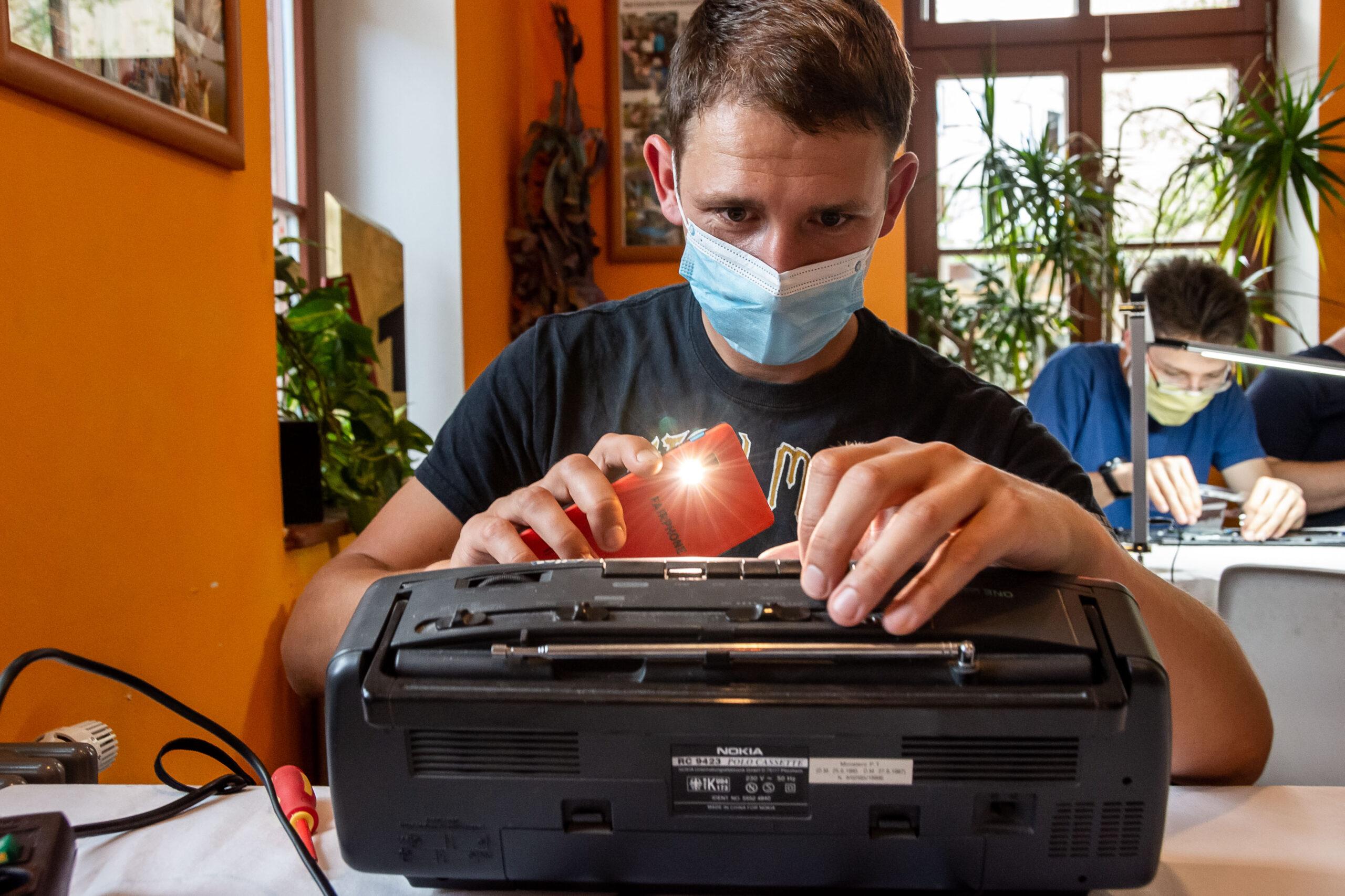 Reportagefotografie - Werbeagentur Haas: Kasettenrecorder im RepairCafe Dresden