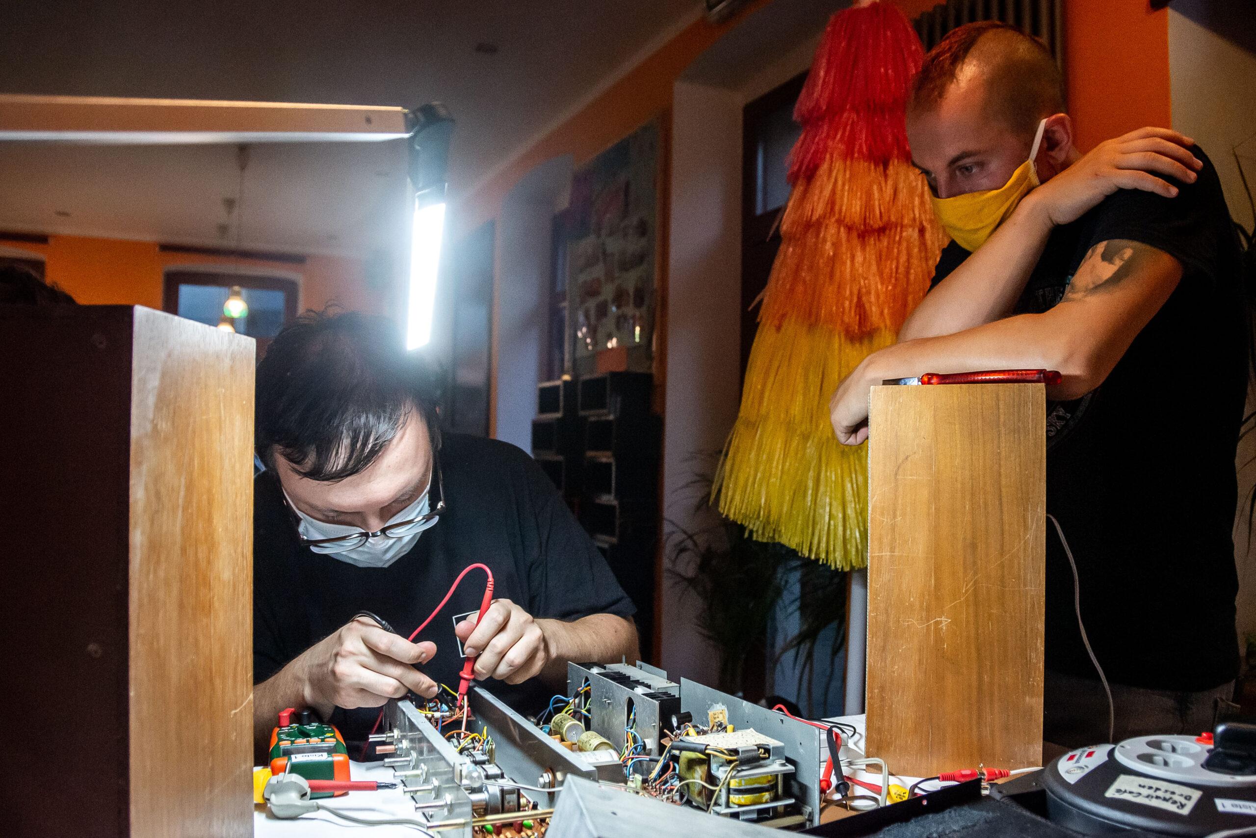 Reportagefotografie - Werbeagentur Haas: Verstärker im RepairCafe Dresden