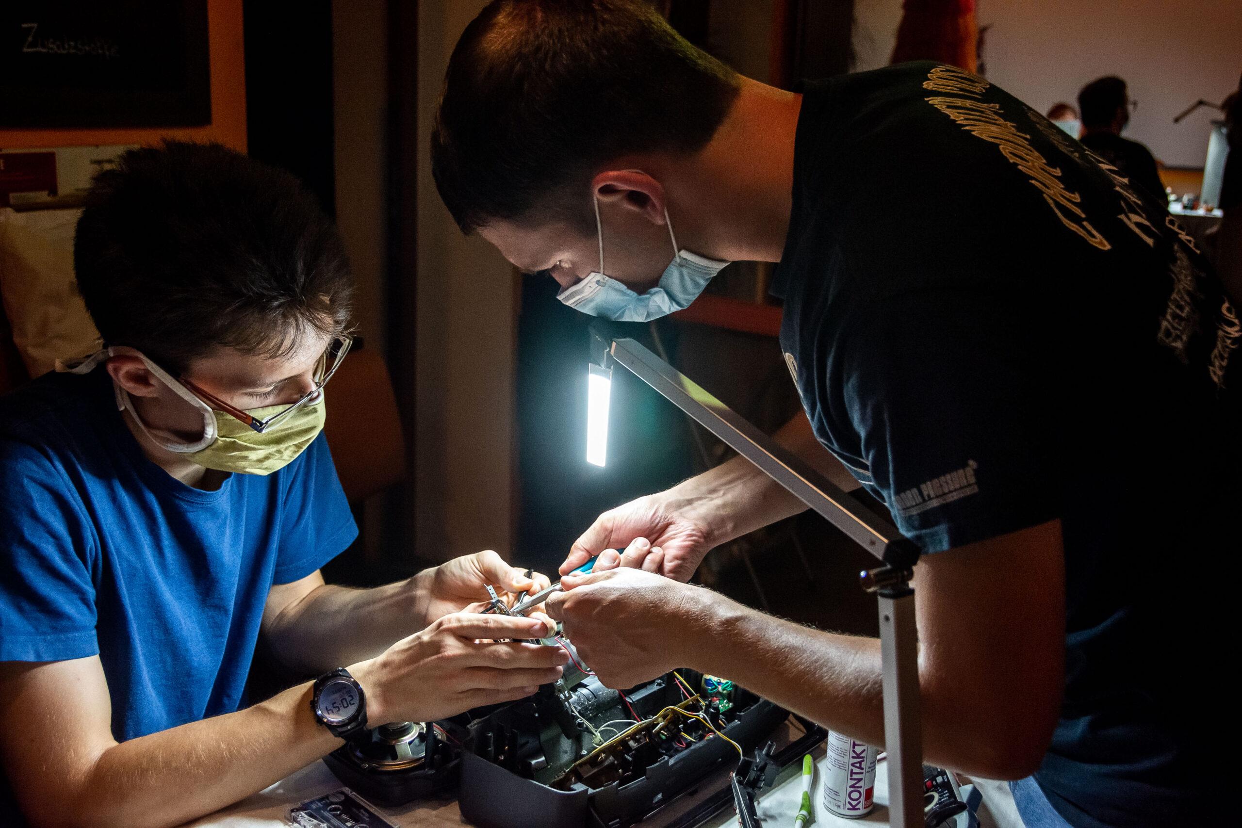Reportagefotografie - Werbeagentur Haas: Operation im RepairCafe Dresden